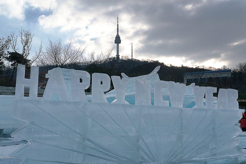 Εικόνα από Namsangol Hanok Village. winter korea seoul namsangolhanokvillageicecarvingfestival2013 남산골한옥마을얼음꽃축제