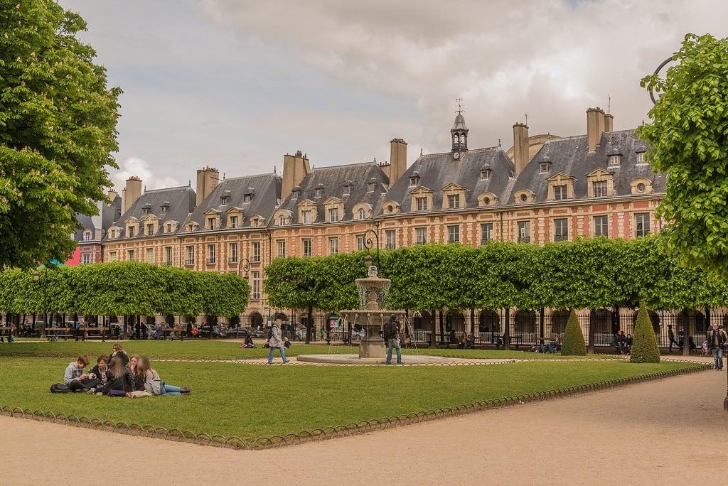 Place des Vosges 的形象. park city travel people urban paris france tree fountain architecture îledefrance