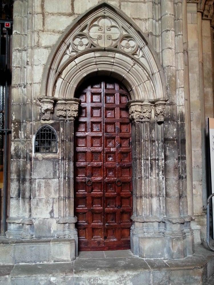 Εικόνα από Cathedral of Santa Eulalia. barcelona door detail building architecture spain carving thecloister barcelonacathedral cosmostour tourtoeuropeinseptnov2012 saintritachapel