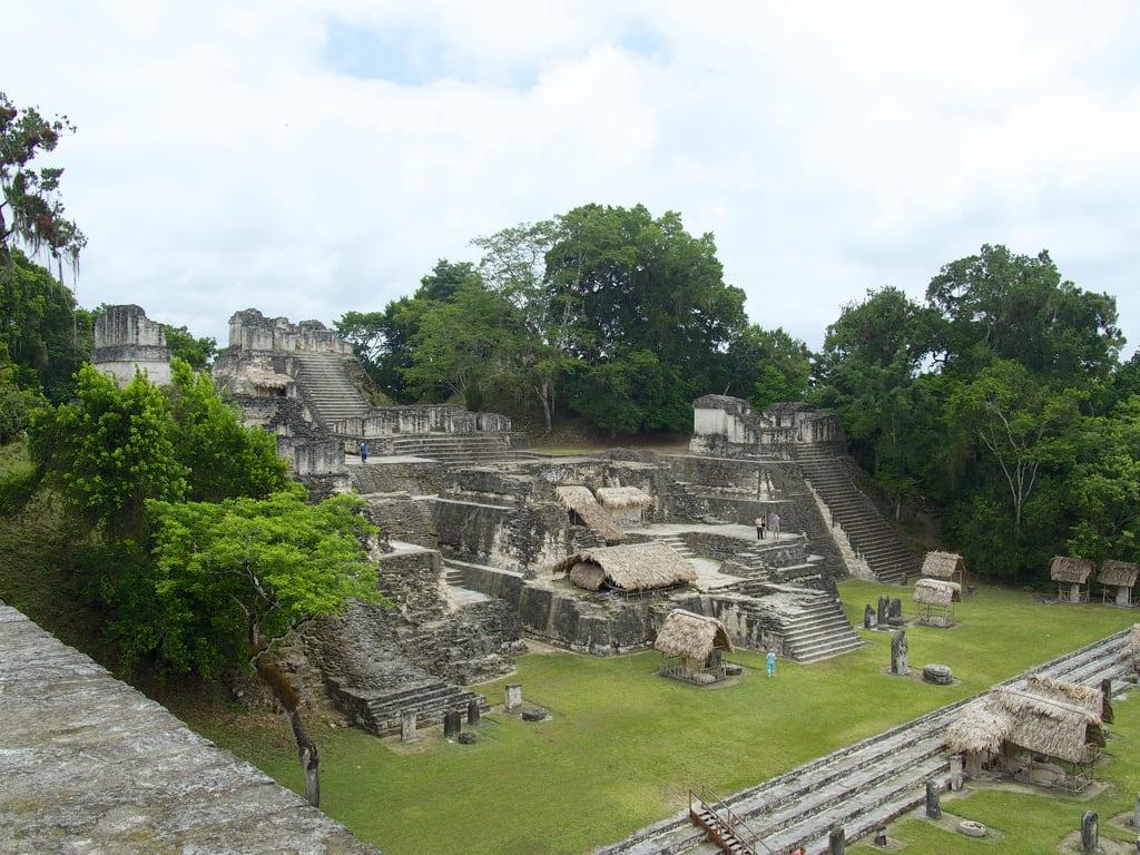 Изображение Great Plaza вблизи Tikal.