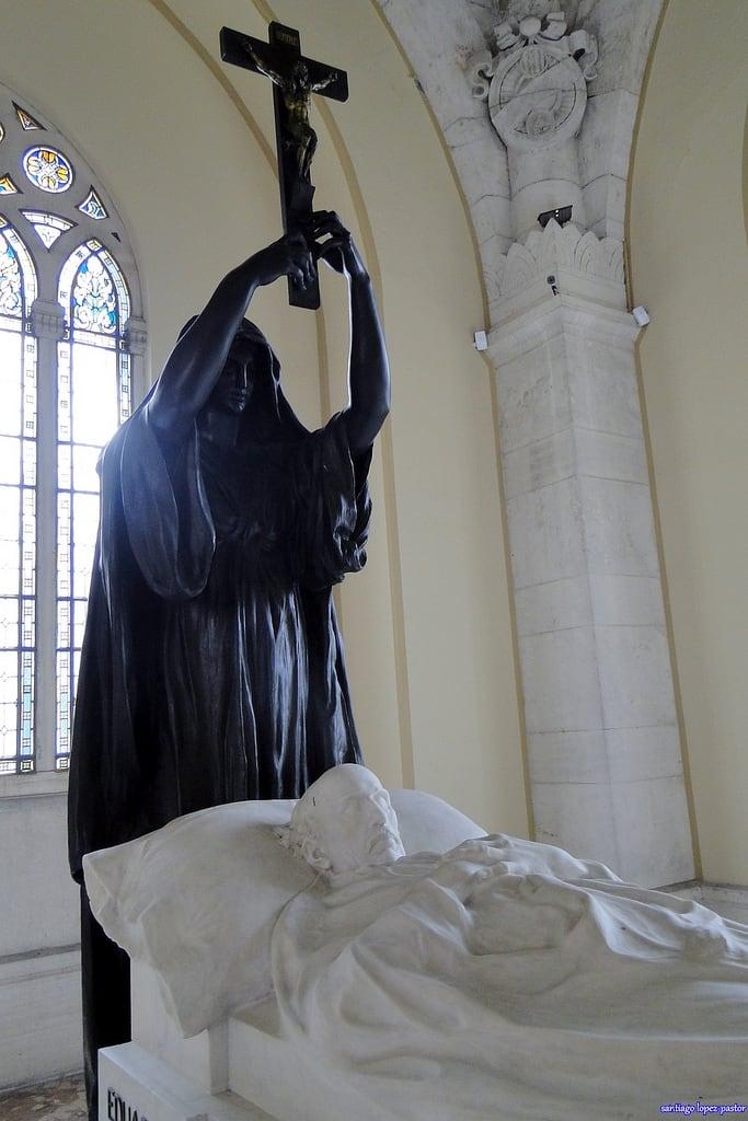 Bild av La puerta de Alcalá. madrid sculpture españa cemetery graveyard spain cementerio escultura espagne sculptures atocha comunidaddemadrid neobizantino decimonónico