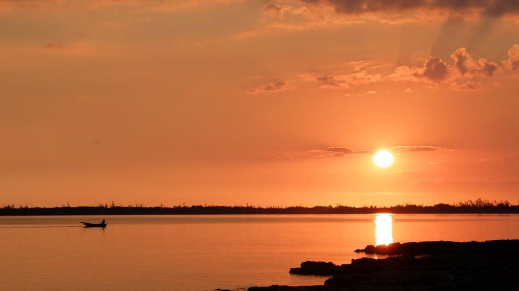Immagine di Playa Larga Spiaggia sabbiosa. pôrdosol baíadosporcos playalarga cuba paisagem puestadelsol barco bahíadeloscochinos