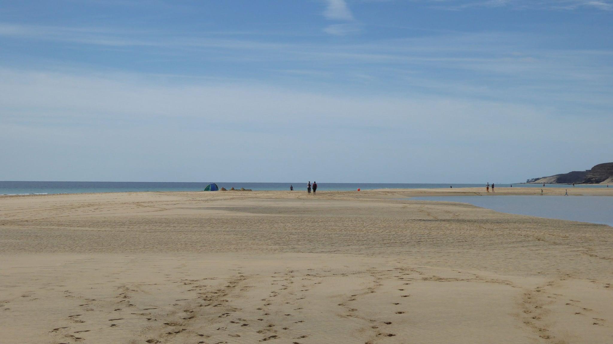 صورة شاطئ بطول 820 متر.