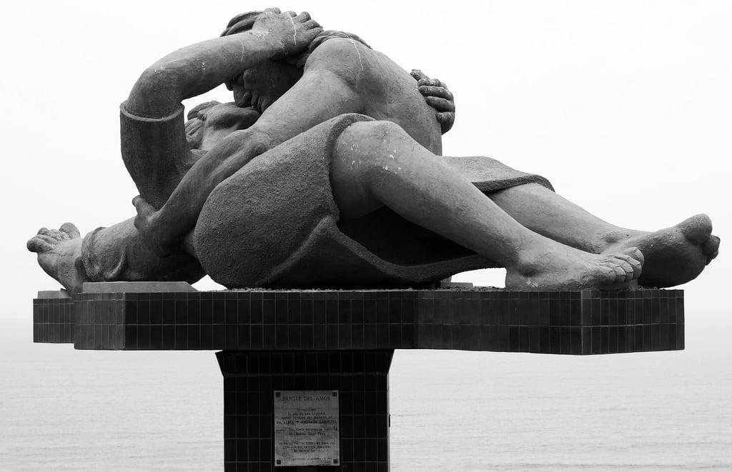 Image of Parque del amor. blackandwhite blancoynegro monochrome 50mm lima sony streetphotography perú escultura thekiss miraflores 50mmf14 parquedelamor elbeso sonysal50f14 planogeneral f1422 víctordelfín sonyslta58 angulonormal