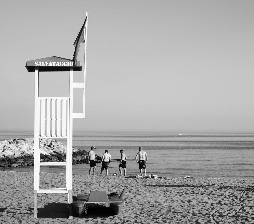 Obrázek Spiaggia Ca Di Valle Pláž s délkou 1188 metrů. street leica italien blackandwhite bw italy beach monochrome strand prime fuji candid streetphotography olympus omd em1 cavallino schwarzweis 425mm nocticron