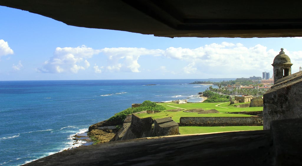 Изображение на Castillo San Cristóbal. konomark sju san juan pr puerto rico castillo benteng fort fortress cristobal bunker beautiful excellent magnificent view vista caribbean sea ocean beach front coast coastal shore day time outdoor sunny blue sky green grass framed