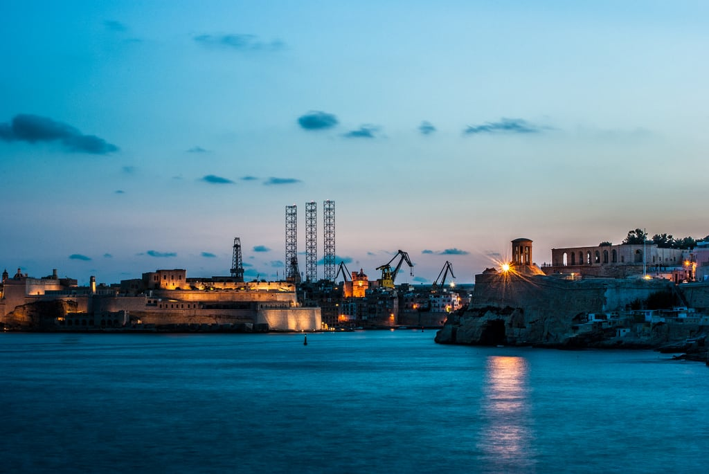 Attēls no Fort Saint Angelo. malta breakwater blue sea grand harbor harbour oil rig fort st saint angelo fortifications bastions entrance night long expose dark light cranes ships lower barakka