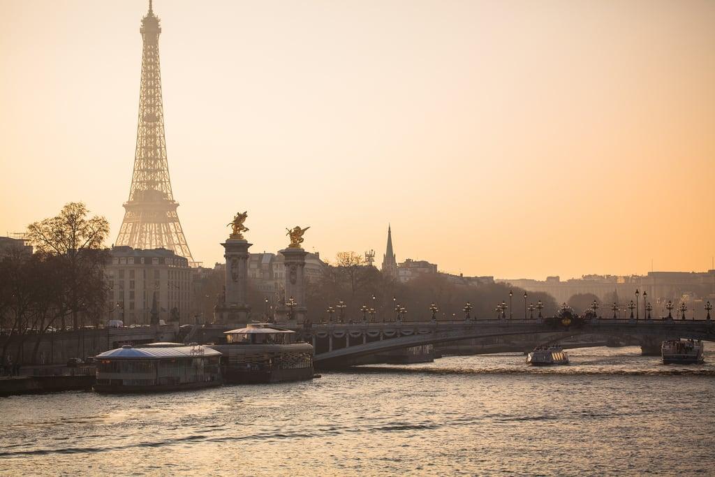 Pont Alexandre III 的形象. seine sunset seinesunset paris parissunset eiffeltower eiffeltowersunset peaceful scenic iconic famous pontalexandreiii orange light