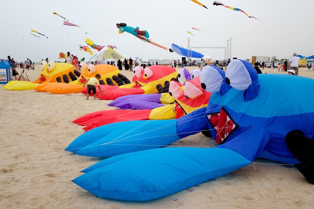 Sunset Beach 海滩与 2963 米的长度 的形象. dubai unitedarabemirates ae kite beach crab festival
