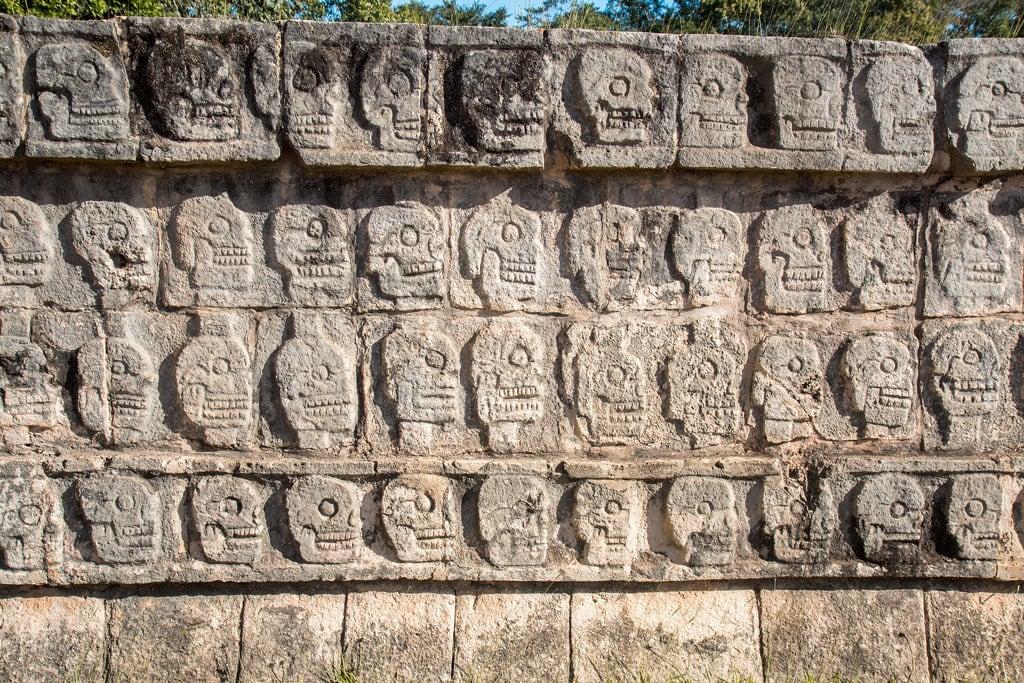 תמונה של Chichen Itzá ליד San Felipe Nuevo. 2017 mexico yucatan january winter mayan chichenitza ruins mexique estadosunidosmexicanos tzompantli platformoftheskulls skulls sacrifice altar mexiko 墨西哥