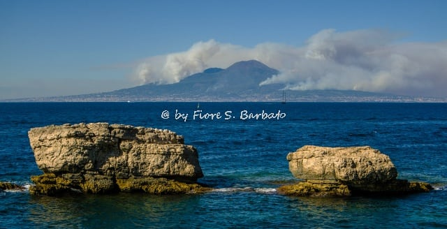 Изображение Regina Giovanna Baths пляж. italy campania sorrento capo regina giovanna penisola sorrentina vesuvio incendio incendi dolo dolosi fumo