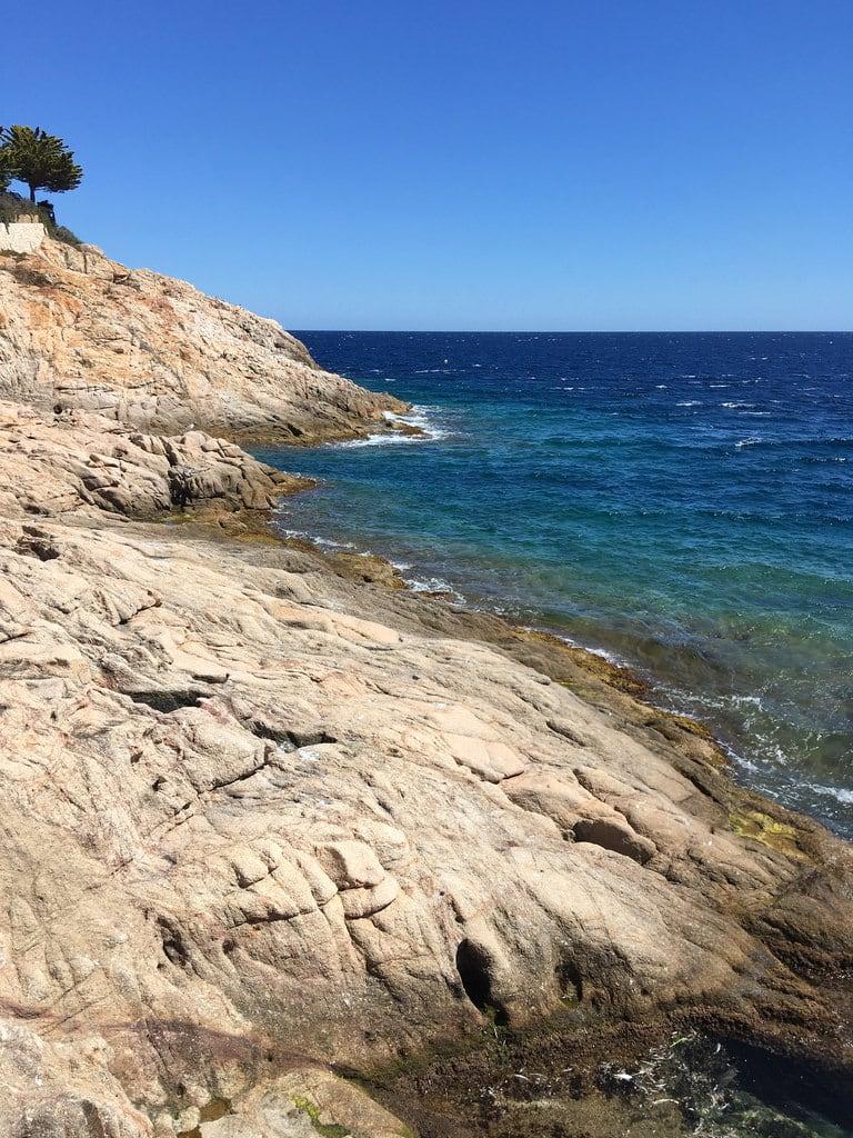 Port Salvi 海滩与 53 米的长度 的形象. sant feliu de guíxols costa brava spain catalonia castellplatja daro castell platja sagaró