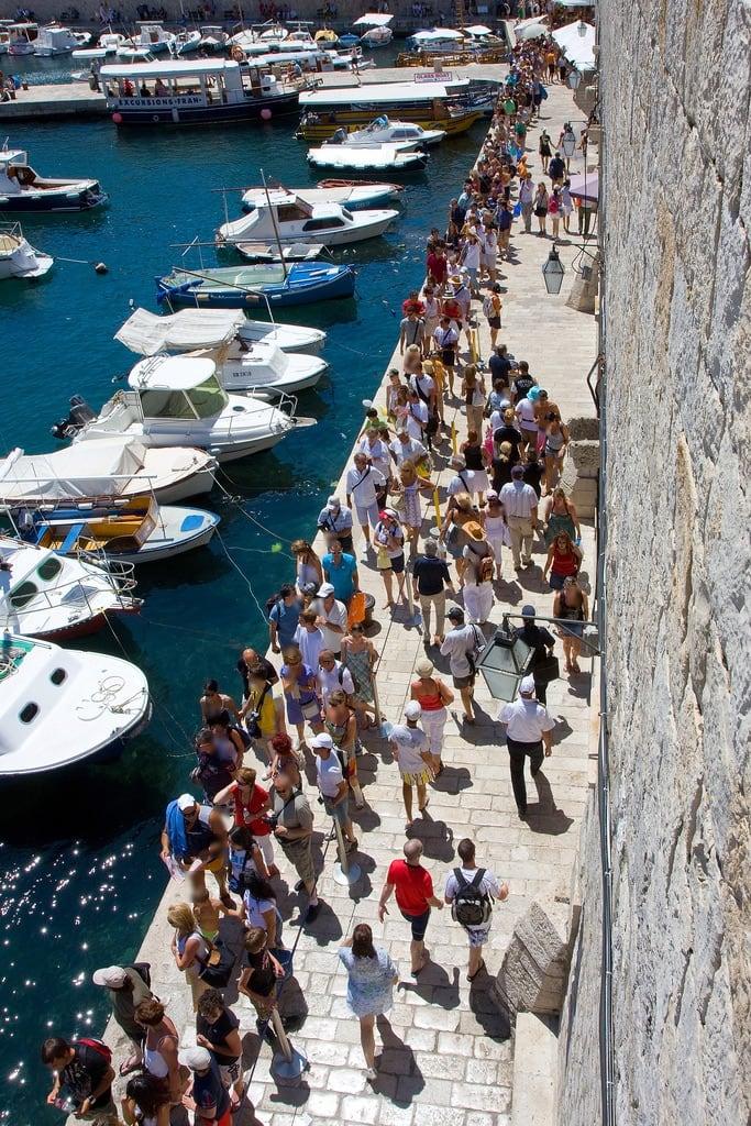 Image of II. bosnia crowd croatia tourists herzegovina promenade ants citywalls hr oldtown 2009 dubrovnik roches hrvatska kroatie bih bosnie mieren toeristen stadsmuren oudestad kakkerlakken