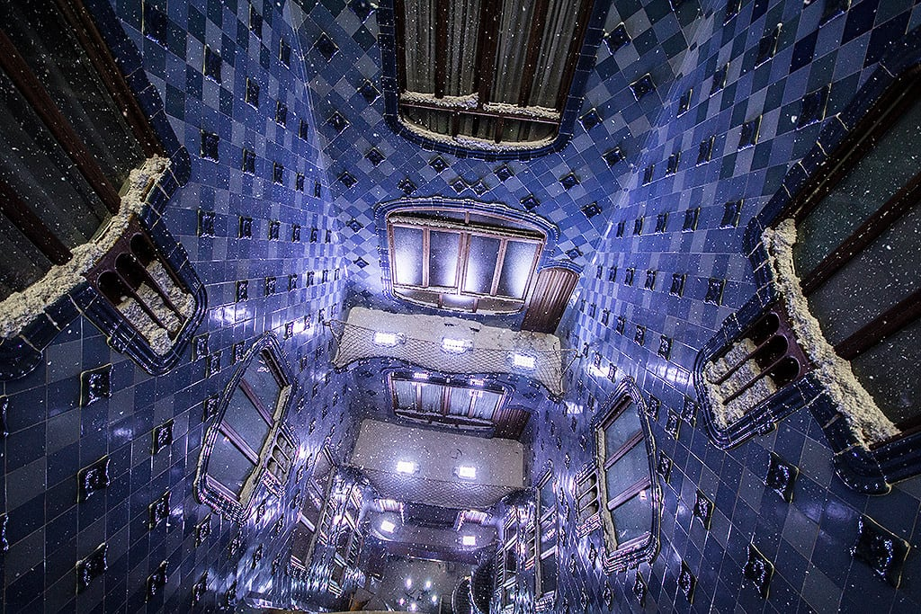 Billede af Casa Batlló. winter snow snowflakes windows blue casabatllo barcelona spain