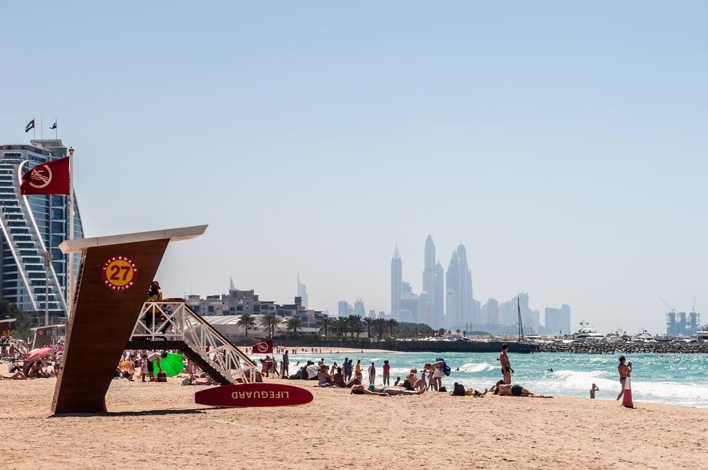 Burj Al Arab Open Beach 海滩与 1036 米的长度 的形象. dubai d90 beach media nikon landscape houses blichtet people street scheck blichtetde streetphotography tobiasscheck uae scheckmediade