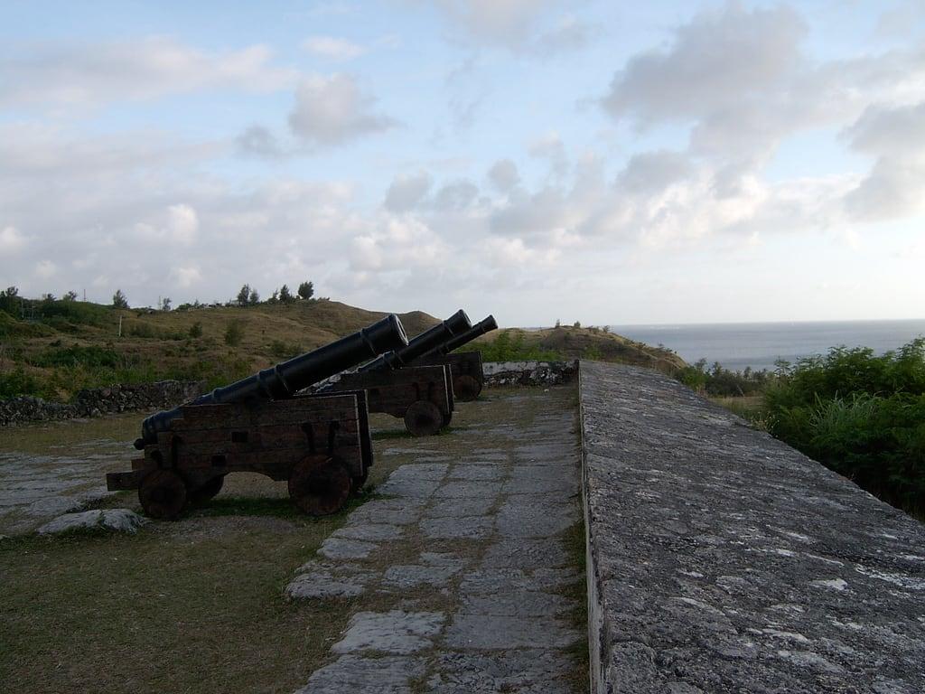 Изображение Fort Soledad вблизи Umatac Village. cannons umatac fortsoledad
