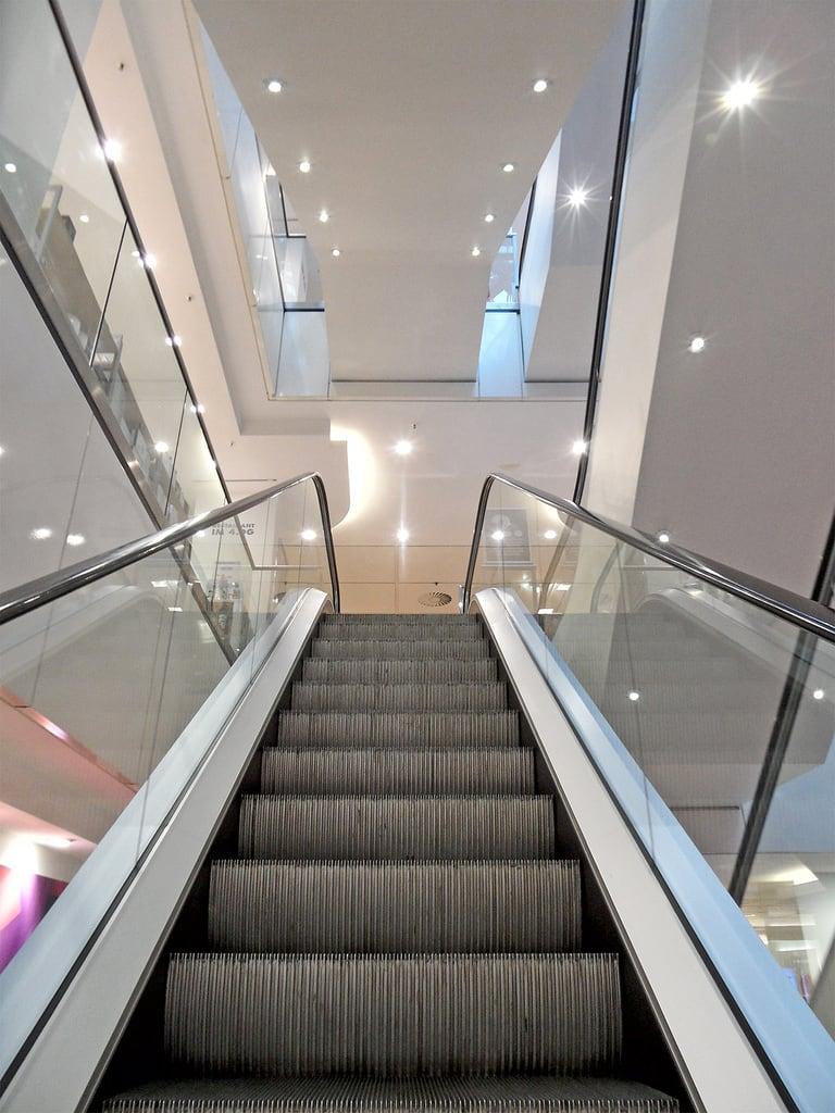 Bild von Karstadt. berlin deutschland schöneberg kadewe kaufhaus departmentstore geschäft shop laden germany rolltreppe escalator gwb guesswhereberlin guessedberlin gwbartie kreuzberg karstadt