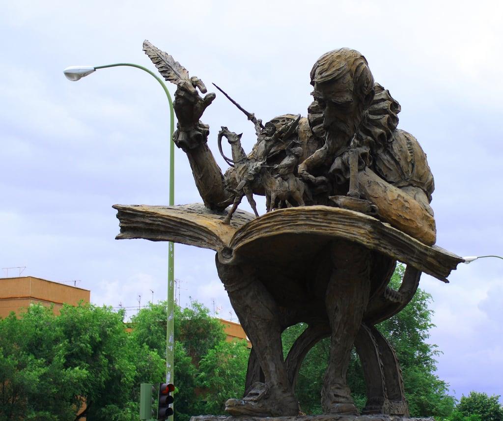 صورة Miguel de Cervantes. madrid españa canon spain escultura estatua cervantes 2010 donquijote migueldecervantes sanchopanza comunidaddemadrid ccby canoneos1000d avenidadearcentales 12062010 juniode2010