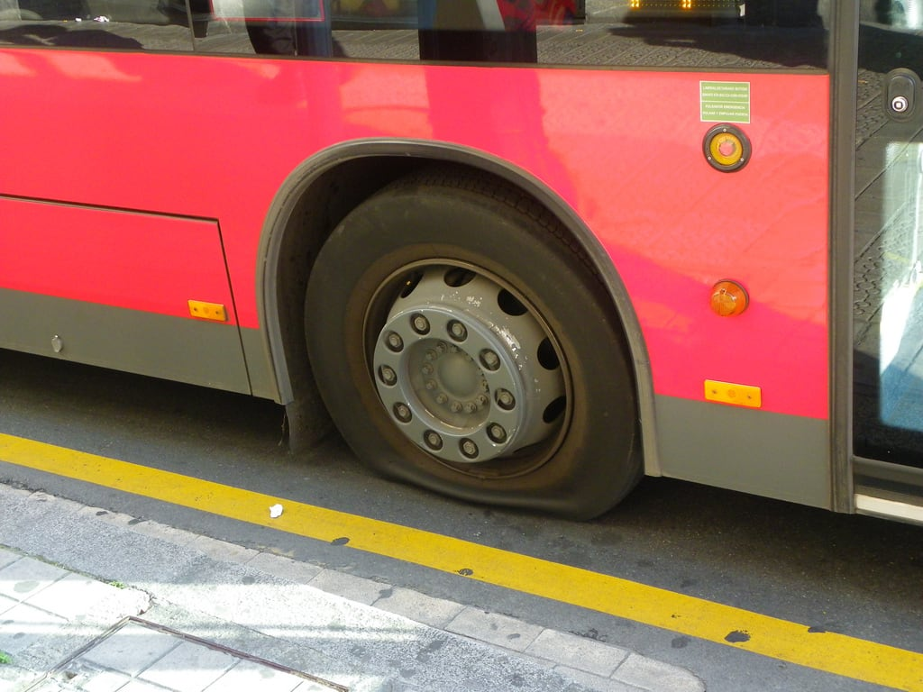 Imagine de La rueda. bus rojo bilbao rueda autobus bizkaia euskalherria euskadi huelga bilbobus