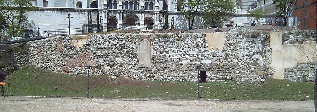 Imagem de Parque del Emir Mohamed I. madrid españa spain ruins europa europe walls murallas alandalus historiadeespaña murallaárabe historyofspain murallamusulmanademadrid muslimwall