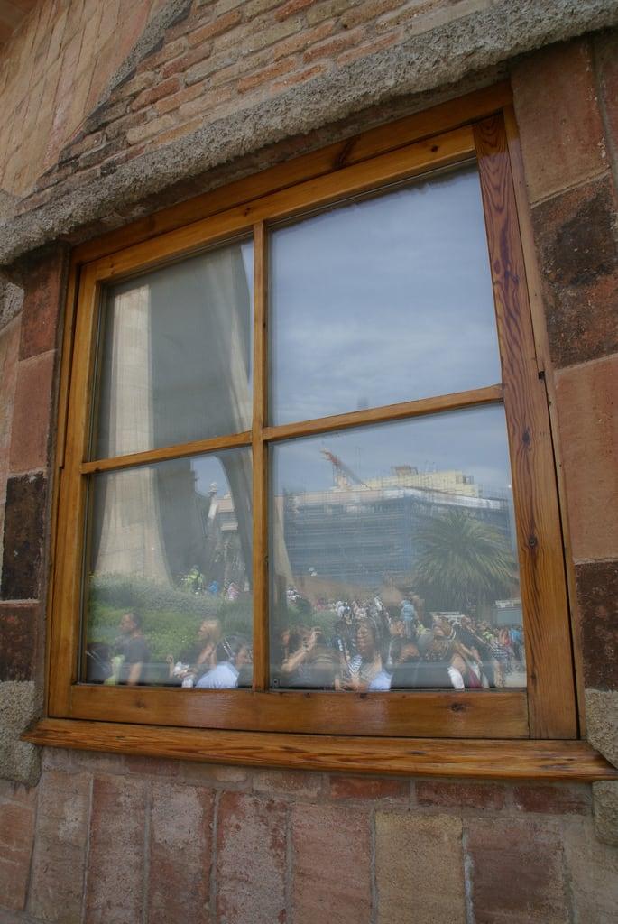 Εικόνα από Sagrada Família Schools. barcelona school españa reflection window facade geotagged spain catalonia gaudi catalunya lasagradafamilia cataluña passionfacade espanya geo:lat=41403023 geo:lon=2174080