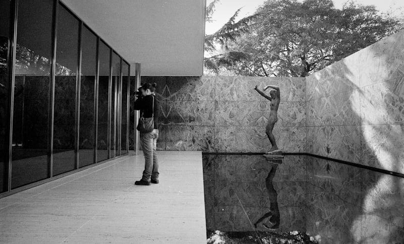 Εικόνα από Barcelona Pavilion. barcelona bw film architecture blackwhite fuji alba olympus espana 400 miesvanderrohe pavilion neopan 24mm om ilaria bianco zuiko nero f28 barcellona spagna georgkolbe pellicola om2n ancheioingitaabart