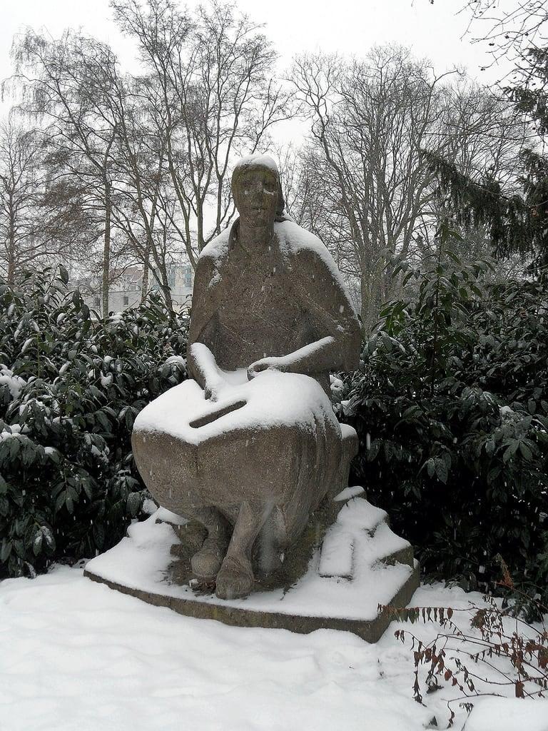 Bild von Trümmerfrau-Denkmal. park schnee winter snow berlin 1955 monument germany deutschland skulptur plastic sculture volkspark neukölln denkmal hasenheide trümmerfrau volksparkhasenheide katharinaszelinskisinger trümmerfraudenkmal