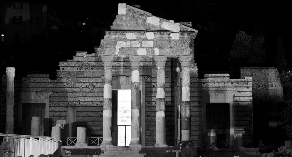 Tempio Capitolino の画像. bw roma nikon musei bn antica via nikkor brescia notturna notte biancoenero dx rovine tempio capitolino d7000 118g